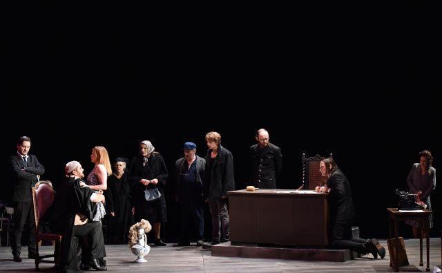 <em>Razbiti vrč</em> v režiji Vita Tauferja dokazuje, da potencialov burke ali farse ne gre podcenjevati. Foto Peter Uhan
