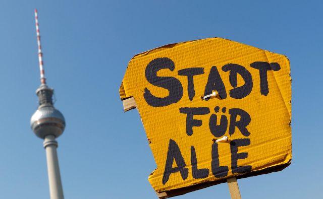 Napis »Mesto za vse« je mogoče zaslediti po številnih večjih nemških mestih kot protest proti dragim stanovanjem. Foto Reuters