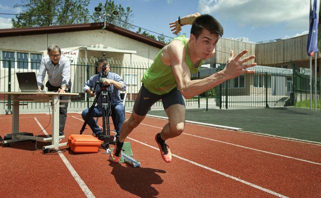 Dr. Milan Čoh, redni profesor in raziskovalec na ljubljanski fakulteti za šport ter vodja laboratorija za gibalni nadzor, med meritvami v športnem parku Kodeljevo. K ustvarjanju znanstvene monografije <em>Biodynamic analysis of sprint, jumps and agility</em>, ki je izšla v angleščini, je pritegnil osem ekspertov v kineziologiji, biomehaniki, medicini in biokibernetiki s štirih tujih univerz. FOTO: Jože Suhadolnik