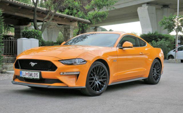 Mustang ostaja zvest slogu »bad-boya«, ki je najbolj poudarjen na neskončno dolgem prednjem delu in kratkem zadku s štirimi zajetnimi in vse prej kot tihimi izpuhi. Foto Bruno Kuzmin