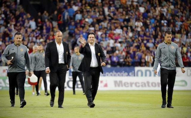 Takole sta trener Darko Milanič in športni direktor Zlatko Zahović (v sredini) pričakala predlansko tekmo Maribora z islandskim Hafnarfjördurjem. FOTO: Uroš Hočevar