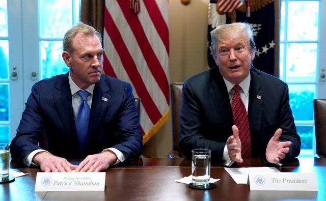 Odhajajoči vršilec dolžnosti ameriškega obrambnega ministra s predsednikom Trumpom. FOTO: Kevin Lamarque/Reuters