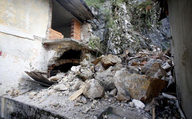 Bistro in dve hiši sta uničila dva skalna podora v dveh mesecih in pol. FOTO: Roman Šipić/Delo