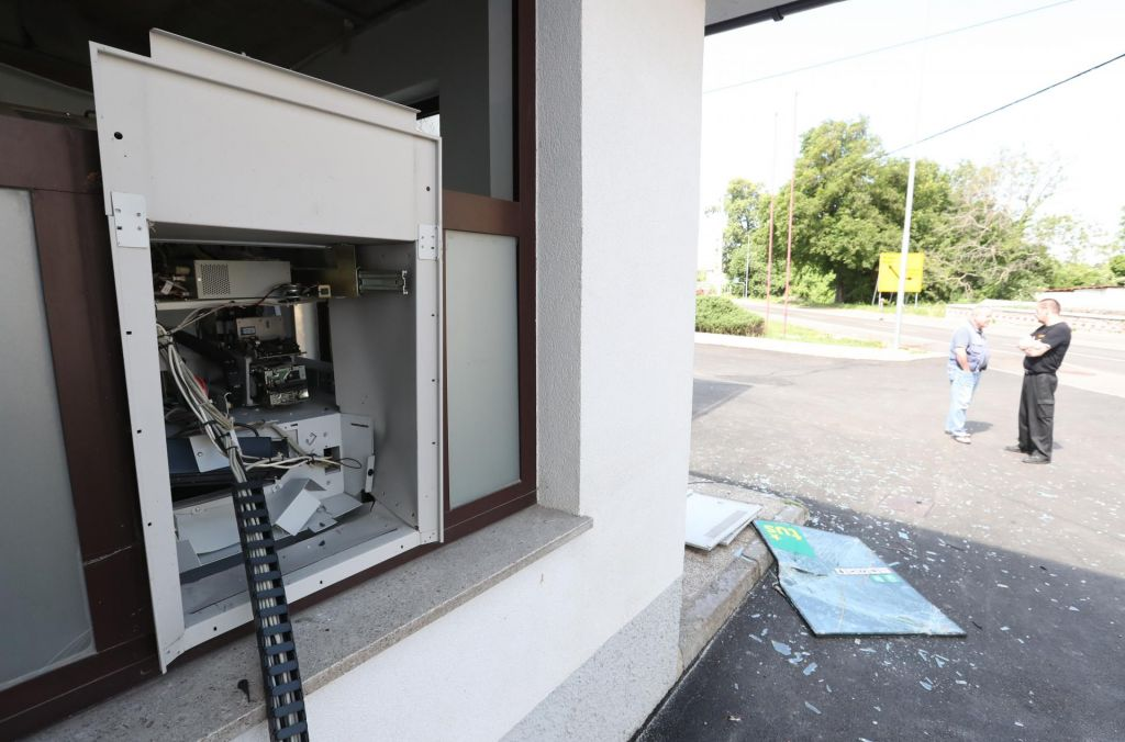 FOTO:V Senožečah razstrelili bankomat