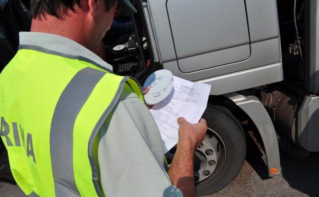 V 40 primerih so vozniki s pomočjo magneta onemogočili dajalec impulzov in tako zmanipulirali tahograf. FOTO: Furs