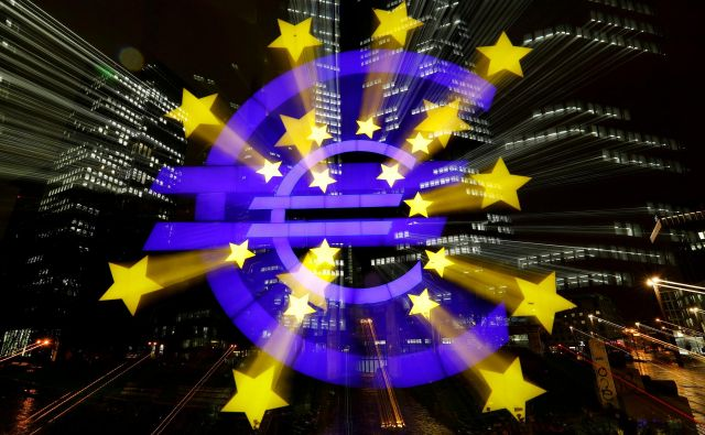 The euro sign in front of the former headquarters of the European Central Bank (ECB) is photographed with long exposure in Frankfurt, Germany, November 20, 2017. REUTERS/Kai Pfaffenbach TPX IMAGES OF THE DAY - RC1CB089E350 Foto Kai Pfaffenbach Reuters