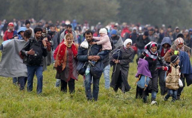 Lani je zaradi konfliktov ali preganjanja svoje domove dnevno zapustilo 37.000 ljudi. Najbolj razseljen narod po poročilu UNHCR ostajajo Sirci, 13 milijonov jih je moralo zapustiti svoje domove. Nekateri so oktobra 2015 prečkali tudi Slovenijo (na fotografiji). FOTO: Matej Družnik/Delo