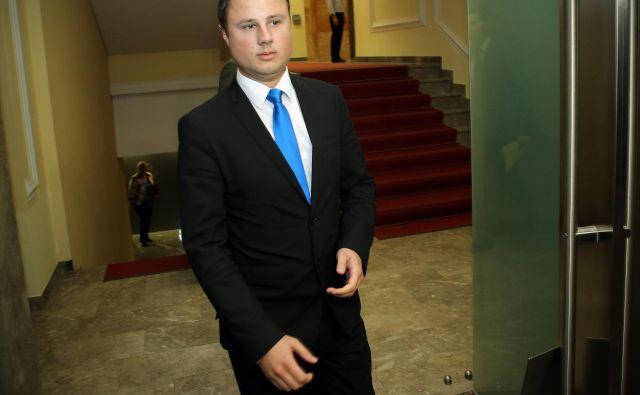 Žan Mahnič (SDS) pravi, da je OVS pri zaslišanju brigadirja Škerbinca uporabljal policijska pooblastila, kar je po njegovem nezakonito, ker ni storil kaznivega dejanja. FOTO: Jož�e Suhadolnik/Delo