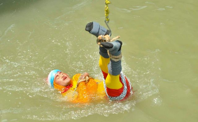 Chanchal Lahiri pred potopom v reko. FOTO: Stringer/Reuters