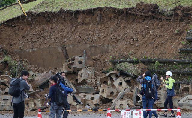 Pristojne službe so znižale magnitudo potresa s prvotnih 6,8 na 6,7.FOTO: Jiji Press/AFP