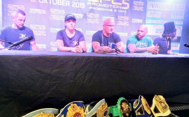 Ema Kozin (na fotografiji druga z leve) bo 6. oktobra boksala za diamantni pas združenja WBC. Trenerja Redžo Ljutić (levo) in Rudolf Pavlin (na sredini) verjameta, da bo njuna varovanka uspešna. V Stožicah se bo boril tudi Bojan Kosednar (drugi z desne). FOTO: Miha Šimnovec