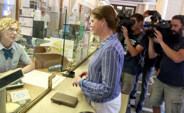 Ministrica Alenka Bratušek je kupila enotno mesečno vozovnico za vožnje med Kranjem in Ljubljano. FOTO Roman Šipić/Delo