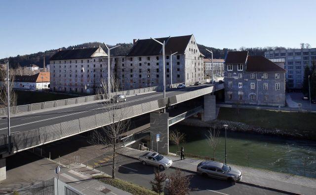 Cukrarna z Roško cesto in Fabianijevim mostom v ospredju. FOTO: Blaž Samec/Delo