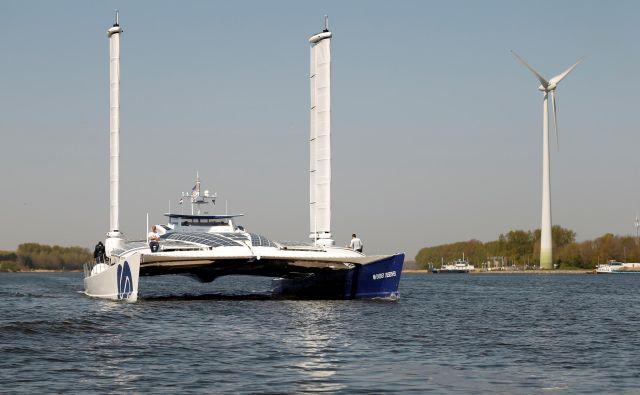 Ladja na vodik, ki obenem proizvaja to gorivo s pomočjo vetra, že pluje. FOTO: Eva Plevier/Reuters