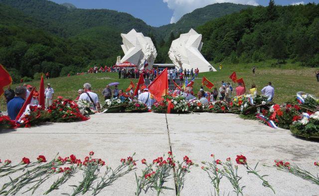 Partizansko kostnico so s cvetjem okrasili številni antifašisti iz vseh predelov nekdanje domovine. FOTO: Bojan Rajšek/Delo