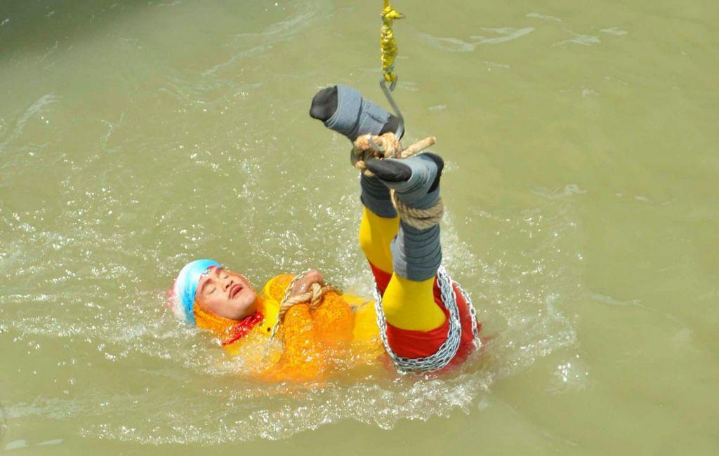 »Čarovnik« izvedel svoj zadnji trik: vklenjenega potopili v reko