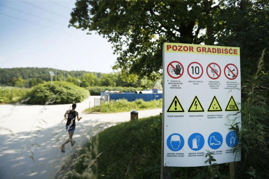 FOTO:Gradnja kanalizacije čez vodonosnik skrbi vse, le občine ne