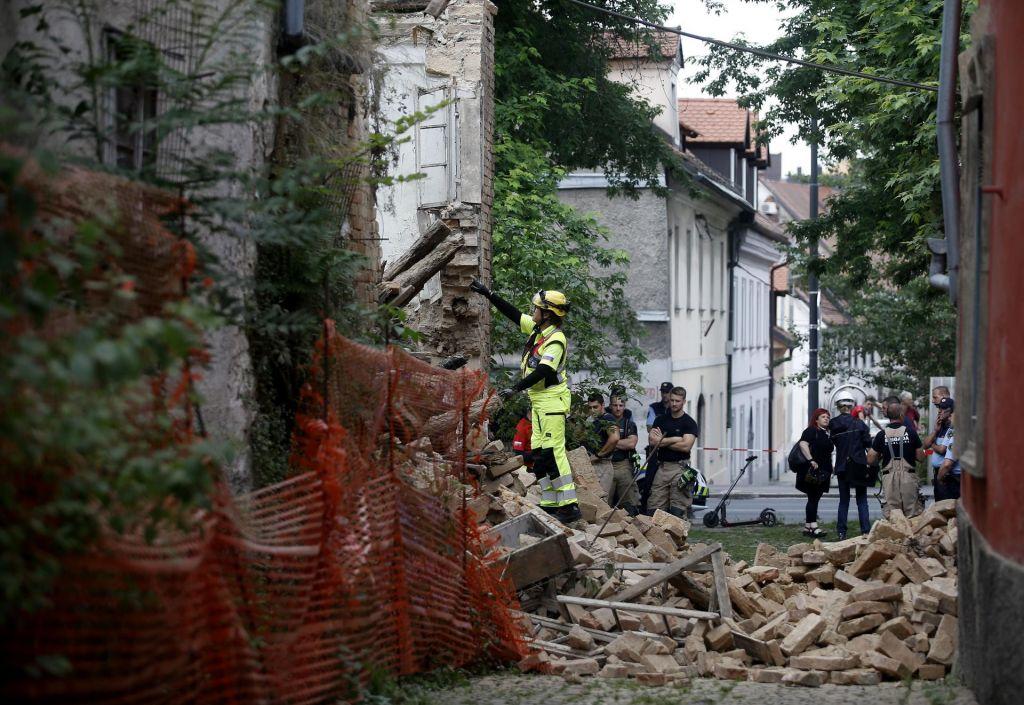 FOTO:Po intervenciji zaradi zrušene stavbe je promet na Karlovški že sproščen