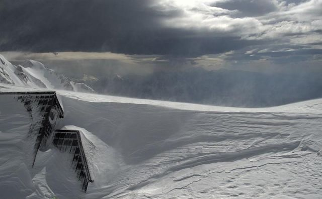 Rekordna snežna odeja na Kredarici za maj. FOTO: Arso