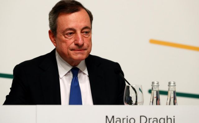 Predsednik ECB Mario Draghi omenja možnost nižanja obrestnih mer in program nakupa vrednostnih papirjev. Foto Reuters