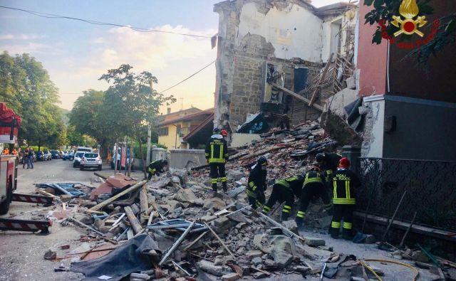 Gasilci so po eksploziji s pomočjo izurjenih psov izpod ruševin izvlekli moško in žensko truplo. FOTO: Goriški gasilci