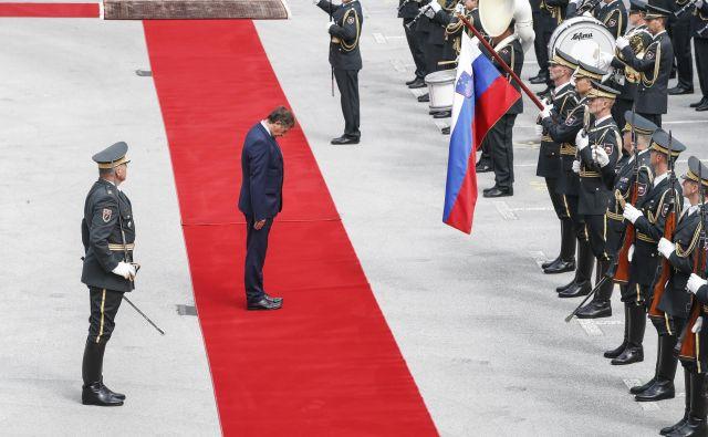 Obrambni minister Karl Erjavec se redko znajde v položaju, ko mora skloniti glavo. Če preživi današnjo interpelacijo, bo njegova moč še manjša in bo pred vojsko še naprej upravičeno sklanjal glavo. Foto Uroš Hočevar