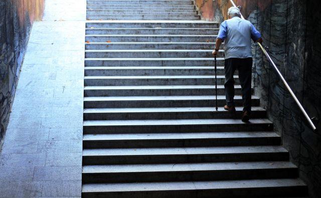 Vgradnja dvigal v večnadstropne zgradbe je kompleksen problem, a ni nerešljiv. Foto Tadej Regent