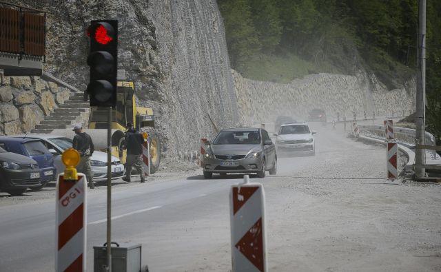 Enosmerni promet na več delih državne ceste narekuje čas trajanja vožnje že šesto leto. Foto Jože Suhadolnik