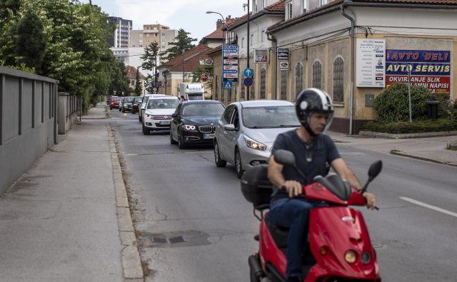 V jutranjih in popoldanskih urah je na Parmovi ulici proti Samovi gneča včasih neznosna. FOTO: Voranc Vogel