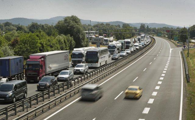 Včerajšnja gneča na primorski avtocesti proti Obali. FOTO Mavric Pivk/Delo