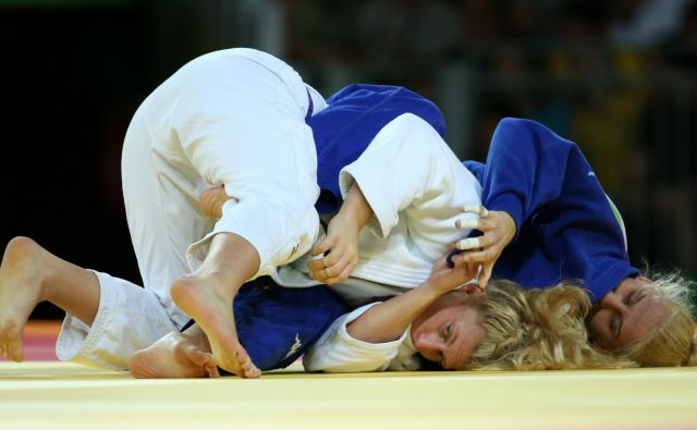 Ana Velenšek (v modrem kimonu) je še zmeraj v stiku z ameriško šampionkoKayla Harrison (levo), zdaj vzhajajočo zvezdnico v mešanih borilnih športih (MMA), ki ji jepred tremi leti na olimpijskih igrah v Riu de Janeiru zadala edini poaz. FOTO: Reuters