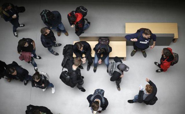 Na spletnih portalih, kjer objavljajo zaposlitve v Sloveniji in tujini, je veliko zanimivih ponudb za najrazličnejše profile delavcev. Foto Blaž Samec/Delo