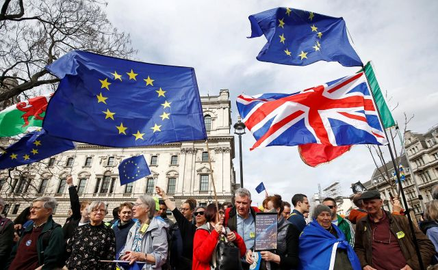 Britansko gospodarstvo je v zadnjih treh letih raslo počasneje kot v državah EU-27, cene pa so zaradi padca funta dobile pospešek. Foto Henry Nicholls Reuters