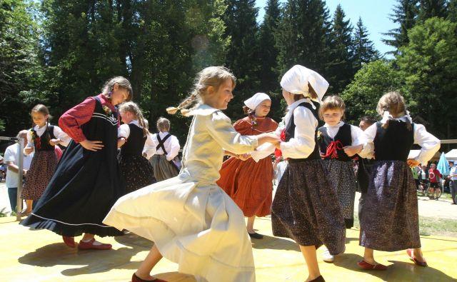 Mladi plesalci pred najdebelejšim slovenskim drevesom. FOTO: Dokumentacija Dela