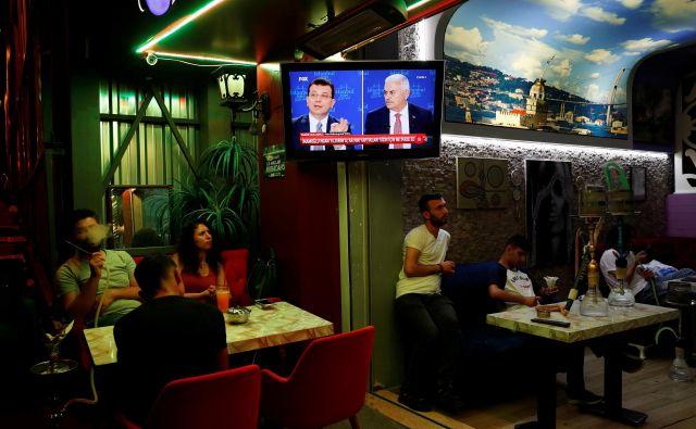 Opozicijski kandidat Ekrem İmamoğlu (levo) je na razveljavljenih volitvah »presenetljivo« porazil vladnega kandidata Binalija Yıldırıma. FOTO: Reuters