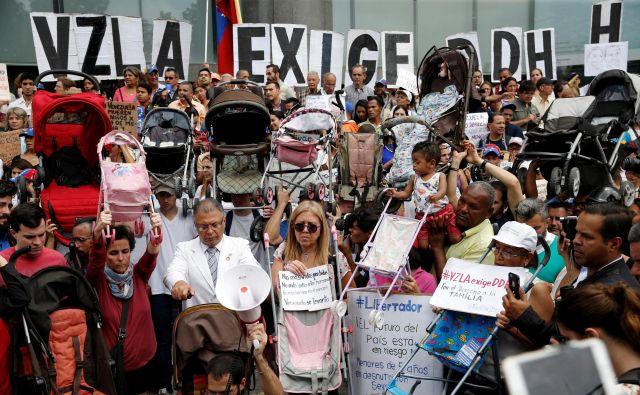 Protesti pred sedžem ZN v Caracasu.Foto: Reuters