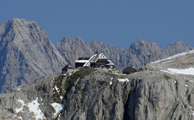 Triglavski dom na Kredarici je sezono začel 19. junija. Kot je povedal oskrbnik Herman Uranič, je Triglav zdaj tudi kopen, vendar so na nekaterih poteh še snežišča. FOTO: Matej Družnik