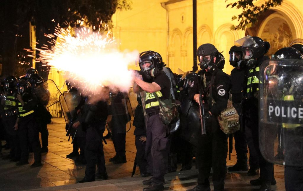 FOTO:Na protestih v Gruziji več kot 200 ranjenih, predsednik parlamenta odstopil