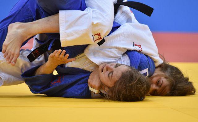 Maruša Štangar (v belem dresu) se je v boju za medaljo pomerila s srbsko reprezentantko Milico Nikolić. FOTO: Sergei Gapon/AFP