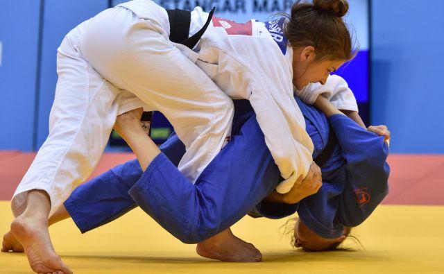 Maruša Štangar (v belem kimonu) je bila v boju za bron boljša od srbske tekmice Milice Nikolić. Fotto AFP