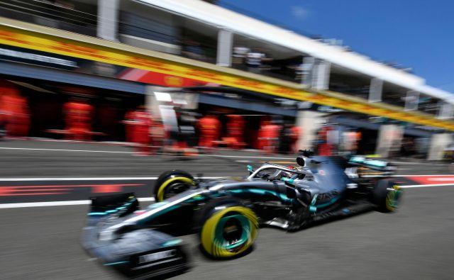 Hamilton je z najhitrejšim kvalifikacijskim krogom 1:28,319 minute postavil rekord proge in si priboril 86. najboljši startni položaj v karieri. FOTO: Gerard Julien/AFP
