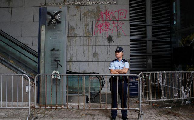 Sledi razbitih jajc in grafiti na fasadi sedeža policije v Hongkongu so nema priča pravkar končanih protestov. FOTO: Ann Wang/Reuters