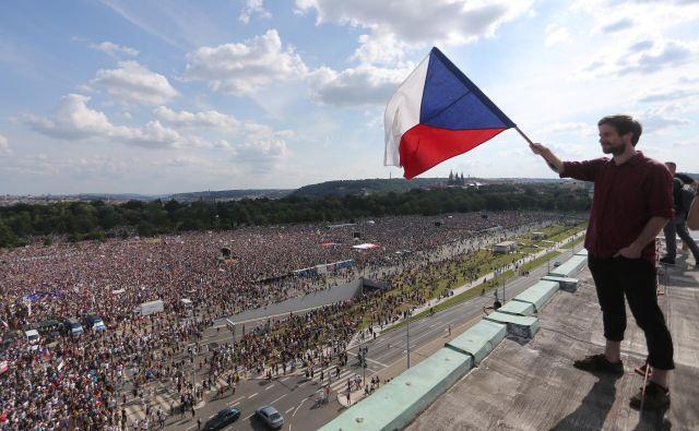 Na začetku junija je 120.000 demonstrantov zapolnilo praški Venčeslavov trg, današnji protest je v parku Letna. FOTO: Reuters