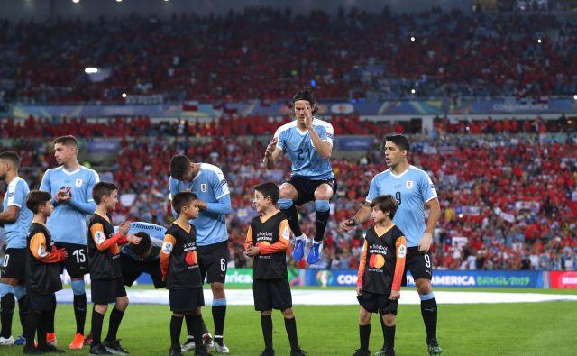 Edinson Cavani (v skoku) in Luis Suarez sta bila osrednja moža derbija proti Čilu na pokalu Amerike. FOTO: Reuters