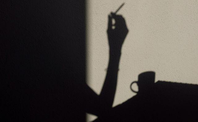 Kadilci naj bi v povprečju porabili za kajenje šest delovnih dni na leto, je pokazala lani objavljena raziskava družbe Halo Cigs, ki služi s prodajo e-cigaret. FOTO: Blaž� Samec