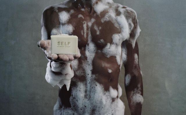 Nizozemski umetnik Julian Hetzel je prodajal mila iz človeške masti. FOTO: praški kvadrienale