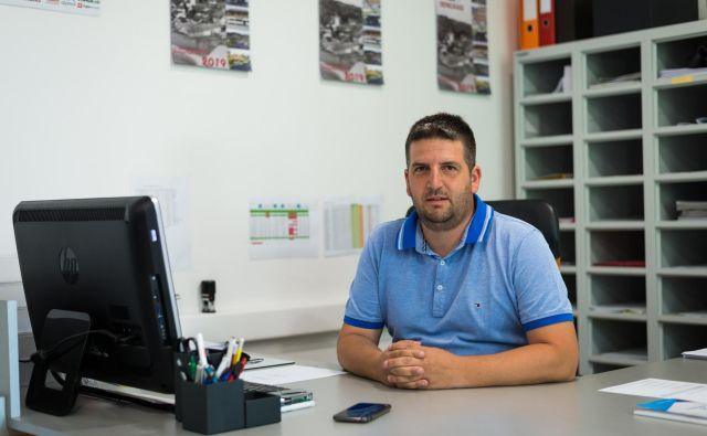 Gradbinec Denis Rajbar je svojo tržno nišo našel v Avstriji, dela večinoma za zasebne stranke. FOTO: Jan Vitez