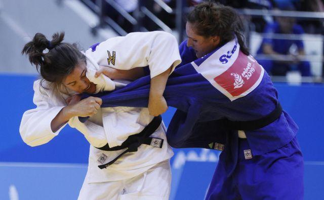 Klara Apotekar (desno) se je takole odločno v finalu EP udarila z Nizozemko Guusje Steinhuis. FOTO Reuters