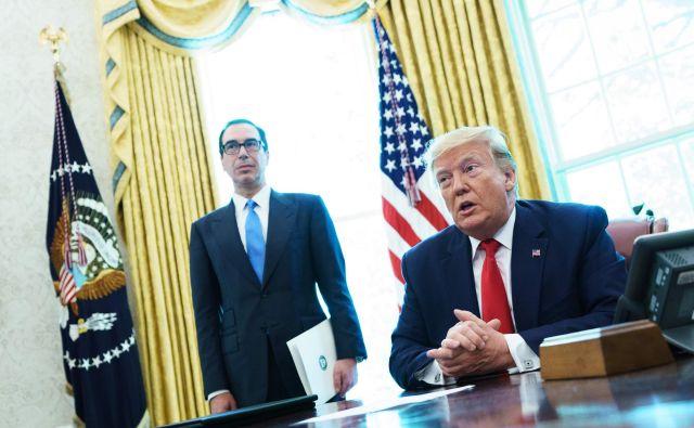 Ameriški predsednik Trump pred podpisom novih sankcij proti Iranu. FOTO:Mandel Ngan/Afp