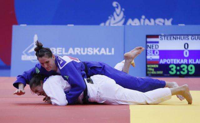 Klara Apotekar (zgoraj) je proti veliki tekmici Nizozemki Guusje Steenhuis dolgo čakalo na svojo priložnost in jo z metom na bok dočakala minuto in pol pred koncem dvoboja. FOTO: Reuters